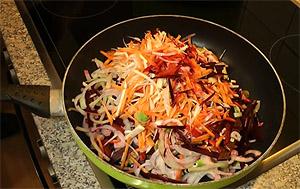 Обжариваем овощи для борща на сковороде