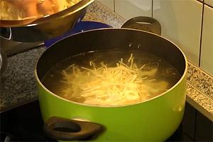 Выкладываем капусту и картошку в кастрюлю