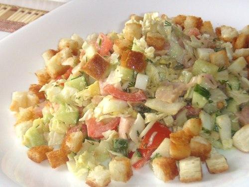 Салат из куриной грудки и сухарями