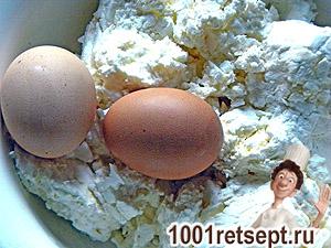 Яйца, творог и мука - ингредиенты для сырников (фото)
