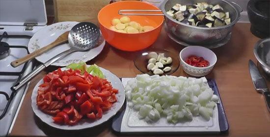 Нарезанные овощи на столе