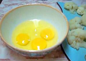 Готовим кляр - яйца в миске (фото)